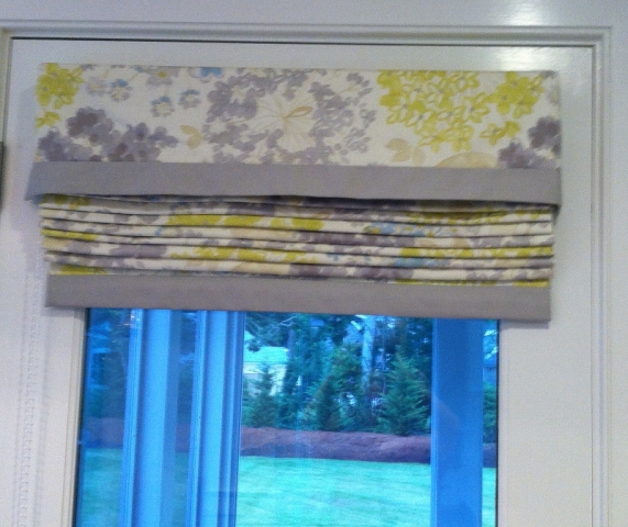 Patterned fabric window blinds with contrasting solid color fabric bottom border