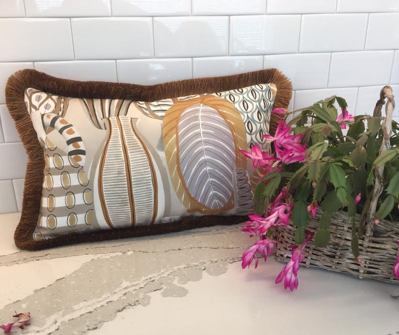 Rectangular pillow with ruffled thread edging